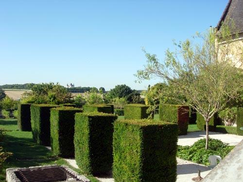 Les jardins de l'abbaye de Seuilly et, au loin, un des innombrables châteaux de la région. Photo LignesDevie