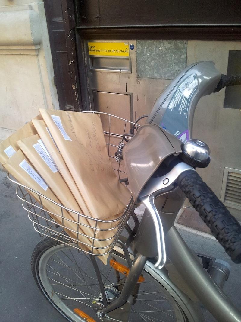Expéctance devant le bureau de poste