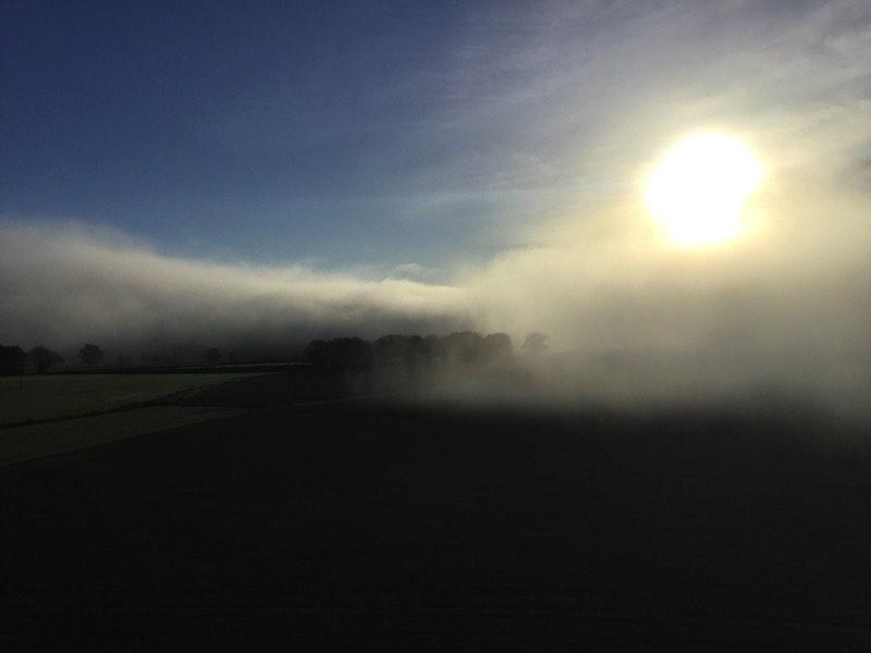 Brume au matin envahissant le paysage ensoleillé