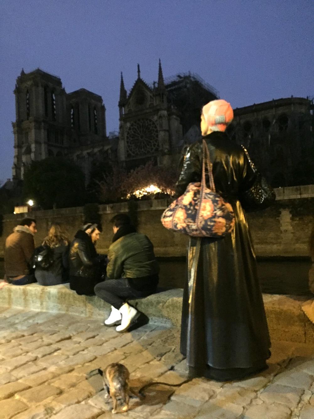 L'endeuillée devant Notre-Dame de Paris, le lendemain de l'incendie, 17 avril 2019